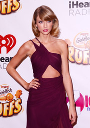 Black nails injected an edgy touch to Taylor Swift's sexy look during Z100s's Jingle Ball.
