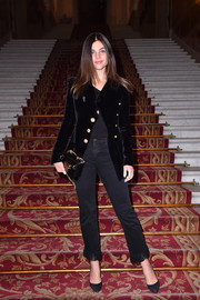 Julia Restoin-Roitfeld dressed down her sophisticated jacket with a pair of fringe-hem jeans.