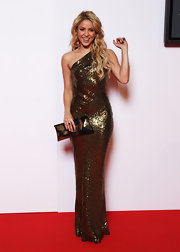 Shakira looked classically glamorous in a one shouldered sequin dress.