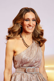 Sarah Jessica Parker  chose 19th Century 7-carat diamond drop earrings to complement her Halston Heritage champagne colored dress.