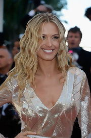 Petra brought back the crimped hair look with this gorgeous blonde wavy 'do.