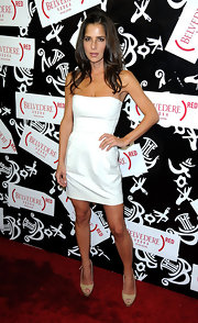 Kelly Monaco was on trend in a strapless white cocktail dress.