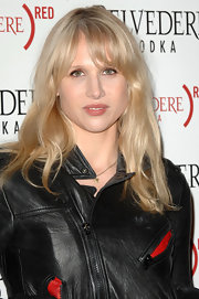 Lucy Punch complemented her edgy outfit with a summery hairstyle featuring barely-there waves and wispy bangs.