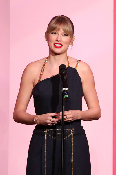 Taylor Swift added more sparkle with a gold statement ring by Maxior.