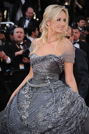 The blond beauty paired her crinkled gray gown with a softly waved, half-up hairstyle.
