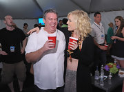 Elvis Duran looked cool and summery in a white button-down shirt with subtle stripes.