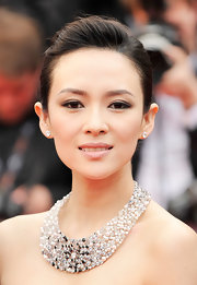 A pale pink lip color softened up Zhang's beauty look and gave her a simply regal red carpet look.