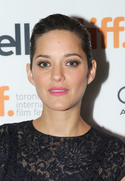 Marion Cotillard kept her beauty look subtle with light pink lipstick and neutral eyeshadow.