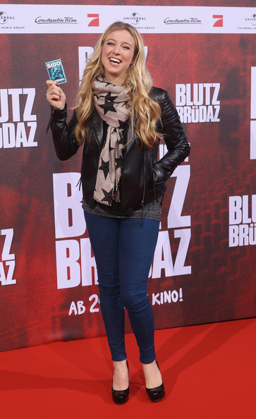 Nina Eichinger kept her red carpet style casual in a pair of basic skinny jeans and a leather jacket.