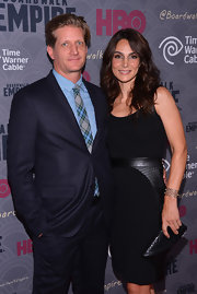 Annie Parisse chose an all-black LBD and envelope clutch combo for the 'Boardwalk Empire' season four premiere.