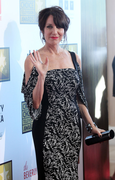 Katey Sagal accessorized with a stylish black tube clutch at the Critics' Choice Awards.