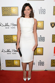 Aubrey Plaza kept it simple and classic with a sleeveless crisp white sheath dress.