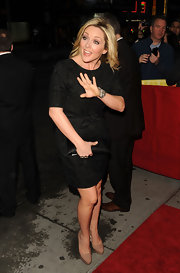 Jane Krakowski kept her look monochromatic with a sleek black satin clutch.