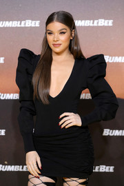 Hailee Steinfeld gave her black dress a spot of color with her red mani when she attended the 'Bumblebee' special fan screening in Berlin.