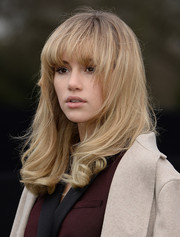 Suki Waterhouse looked fabulous with her wavy ends and curved bangs at the Burberry Prorsum menswear show.