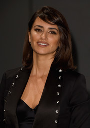 Penelope Cruz looked pretty with her mid-length bob and side-swept bangs at the Burberry fashion show.
