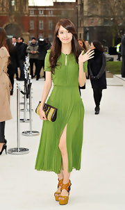 Seohyun accessorized her bright green pleated frock with sky-high platform sandals complete with criss-cross straps.