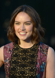 Star Wars star Daisy Ridley wore her hair in soft curls.