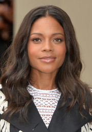 Naomie Harris looked lovely with her perfectly styled waves at the Burberry Prorsum fashion show.