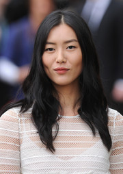 Liu Wen opted for a casual wavy 'do with a center part when she attended the Burberry Prorsum fashion show.