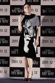 Fan Binbbing accessorized her graphic print dress with towering black patent pumps.