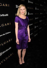 Kirsten Dunst paired her violet silk dress with black pointy pumps.