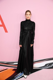 Doutzen Kroes went goth in a long-sleeve black turtleneck gown by Sies Marjan at the 2019 CFDA Fashion Awards.