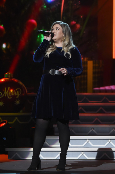 Kelly Clarkson performed at the CMA 2016 Country Christmas wearing a midnight-blue velvet dress.