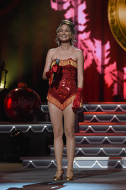 Gold T-strap pumps completed Jennifer Nettles' fancy getup.