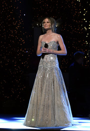 Jennifer Nettles looked stunning in a crystal-embellished strapless ball gown by Rani Zakhem Couture at the CMA 2016 Country Christmas.