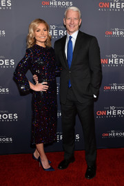Kelly Ripa polished off her look with a pair of blue satin pumps.