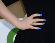 We love that Kat Dennings added some color to her LBD by painting her nails a lovely shade of ocean blue.