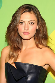 Phoebe Tonkin's full and thick waves had a lovely natural look to them, which we're totally envious of.
