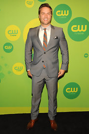 A light gray suit with a matching gray and orange tie looked totally cool and contemporary on Scott Porter.