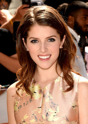 Anna Kendrick looked sweet wearing this side-parted wavy hairstyle at the premiere of 'Cake.'