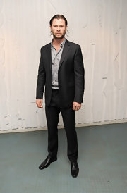 Actor Chris Hemsworth looked daper in this classic men's suit.