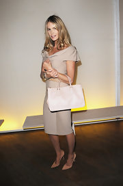 Elle was ladylike and elegant in a nude sheath dress that she accessorized with a classic leather tote.