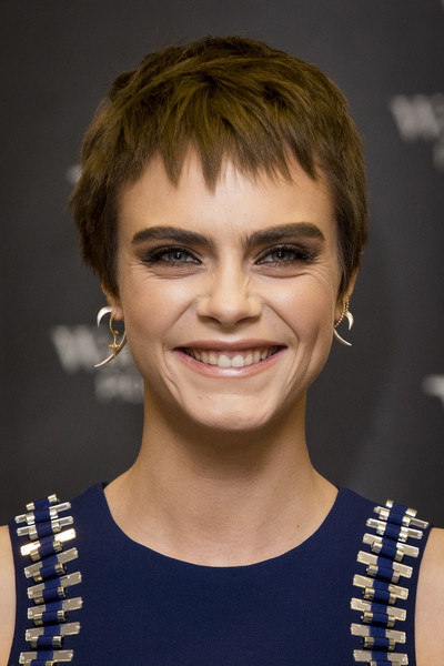 Cara Delevingne Pixie [mirror mirror,hair,eyebrow,hairstyle,beauty,human hair color,chin,blond,cheek,layered hair,fashion model,cara delevingne,young adult,england,london,waterstones piccadilly,book signing,signing,debut]