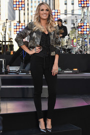 Carrie Underwood teamed her jacket with a pair of leg-flaunting skinny pants.