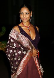 Bipasha wears a beautiful a beautiful dangling beaded necklace with matching earrings.  This elegant set matches with her gorgeous shawl.