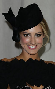 Laura Dundovic accessorized with a cute bow-adorned black hat during AAMI's Golden Slipper Day.