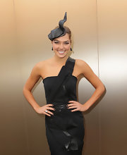 Ashley Hart gave her outfit a touch of the '50s with this gorgeous decorative hat.
