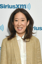 Sandra Oh visited SiriusXM wearing her hair in a bouncy layered cut.