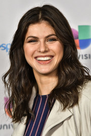 Alexandra Daddario sported sweet center-parted waves during her appearance on 'Despierta America.'