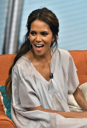 Halle Berry looked simply lovely wearing this half-up wavy style during her appearance on 'Despierta America.'