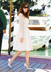 Laetitia Casta looked elegant and ethereal, pairing her perfectly pretty white lace dress with white pointy-toe pumps.