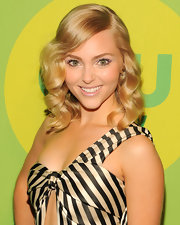 A pale pink lip color gave AnnaSophia Robb a pretty and romantic look at the CW Upfront event in NYC.