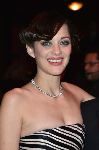 Marion Cotillard attended the Cesar Film Awards wearing a very lovely diamond necklace by Chopard.