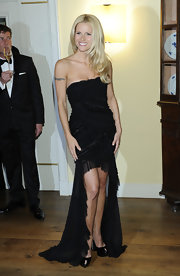 Michelle found a way to show off her legs while still wearing a long gown. Brilliant!