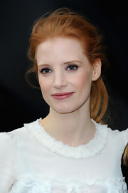 Jessica Chastain's pink lips at the Chanel runway show in Paris had a slight purple undertone, which brought out the star's purple eye shadow even more!